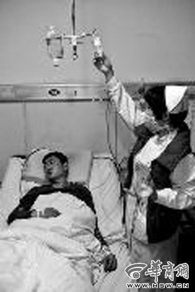 小赵在医院接受救治 本报特派河南记者胡国庆摄