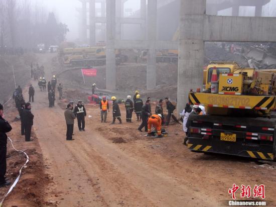 2月1日上午9点,连霍高速渑池段服务区附近一辆载满烟花爆竹的货车发生爆炸,引起桥面断裂。坍塌桥梁长度约80米,目前救援仍在进行中,伤亡人数亦在不断变动中。段春林 摄