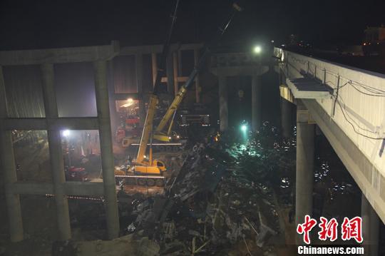 民间救援组织和附近村民参与义昌大桥爆炸救援