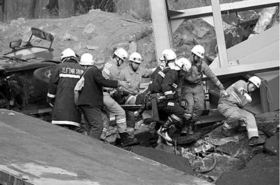 救援人员用担架抬出一位幸存者。新华社发