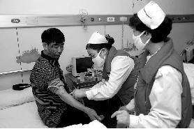 伤者在义煤集团总医院接受救治。新华社发