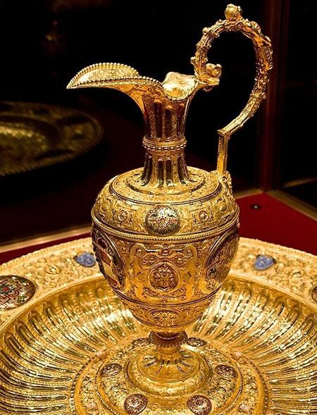 ...片,照片中金光灿灿 熠熠生辉的奇珍异宝来自于罗马帝国时期