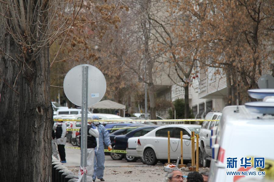 2月1日,在土耳其安卡拉,警察封锁美国驻土耳其使馆爆炸案现场。 美国驻土耳其大使馆前当日发生爆炸,造成至少一人死亡,多人受伤。新华社记者 李铭