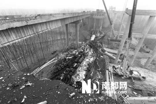 连霍高速义昌大桥发生爆炸坍塌事故。消防官兵称至少有25辆车坠桥。