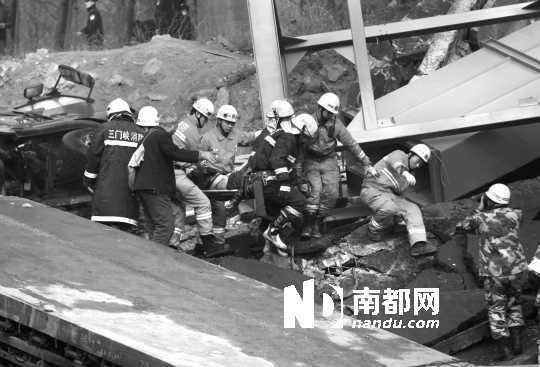 事故救援现场,据介绍共搜救出20人,不少人送医院后死亡。