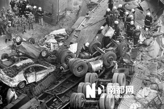 事故现场,被目击者称为像报废场一样。