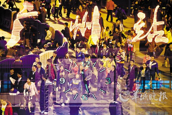 子夜至凌晨时分,广州火车站灯火通明,人流如织 记者 何奔注:用多重曝光手法拍摄