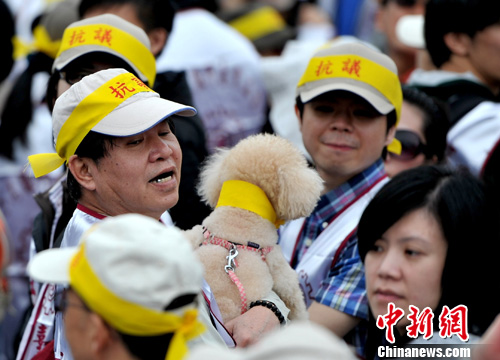 图为抗议者带爱狗一起参与。中新社发 王东明 摄