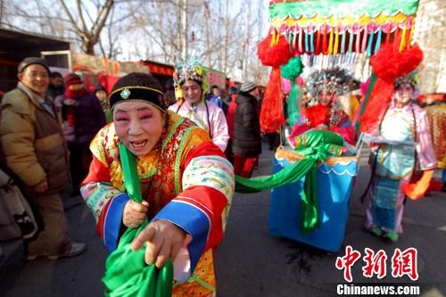 2月2日,北京朝阳区南磨房小年庙会举行。关王庙小年庙会为期三天,是由南磨房乡政府主办、社区村居民参与的一次民俗与民生相结合的传统庙会。中新社发 富田 摄