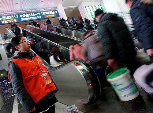 2月2日,旅客进入上海火车站候车。当日,在春运客流与周末客流的叠加下,铁路上海站迎来首波出行高峰。目前,上海铁路局已加开67趟临客,日均发送旅客25.8万人次。新华社记者 陈飞 摄