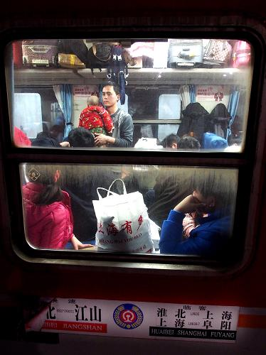 2月2日,上海火车站开往安徽阜阳的L8636次临时列车上坐满了乘客。新华社记者 陈飞 摄