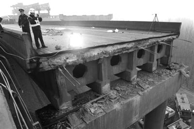 2日上午,一个垮塌断裂处。1日8时许,连霍高速三门峡段义昌大桥因运送烟花的车辆爆炸而坍塌,截至目前,已确认10死11伤。新京报记者 尹亚飞 摄