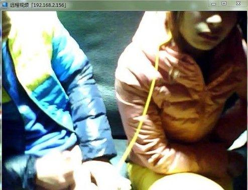 黄色片淫乱偷拍_男女网吧包厢内亲热 遭偷拍激情视频照曝光[组图](1)