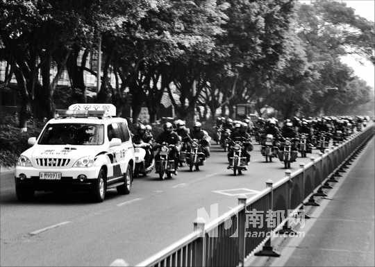 携带行李与年货,驾驶摩托车从揭阳回家,途经梅州城区锭子桥服务站图片