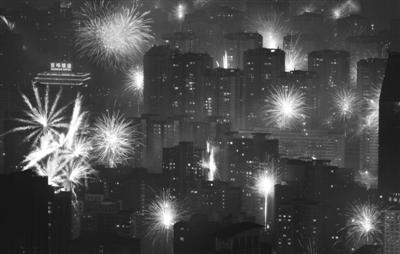 2012年1月23日凌晨,从国贸三期80层高处俯视,北京满城烟花绽放,远处的建筑物笼罩在一片雾霾中。资料图片/新京报记者 陈杰 摄