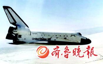 """""""哥伦比亚号""""航天飞机1981年4月12日飞行时的资料照片。"""