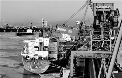 一艘轮船靠泊在秦皇岛港煤炭码头装货。入冬以来,秦皇岛港启动应对寒冷天气应急预案,确保冬季煤炭运输顺畅无阻。 新华社记者 杨世尧摄