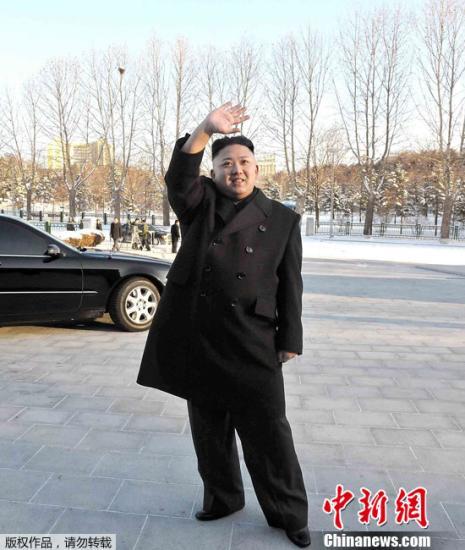 """这张朝中社12月30日提供的照片显示,朝鲜最高领导人金正恩在朝鲜劳动党中央委员会接见为第二颗""""光明星3号""""卫星发射做出贡献的科技工作者、工人和干部。"""