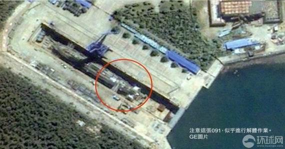 卫星图片拍摄的疑似中国核潜艇基地。圈内疑似一艘091核潜艇。