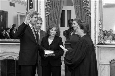 1日,华盛顿,美新任国务卿克里(左一)在大法官监督下宣誓就职。