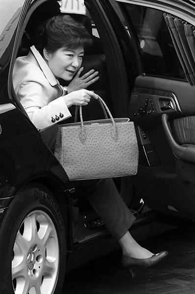 朴槿惠参加活动时使用的手包,被指价值128万韩元。