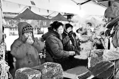 近日,青岛市民在当地台湾年货大集品尝台湾食品。李晓闻摄