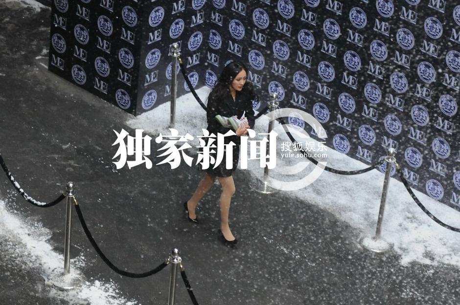 组图:杨幂雪中拍戏敬业十足 短裙丝袜不畏严寒