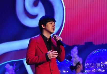 李健在2013年龙视春晚的演出剧照
