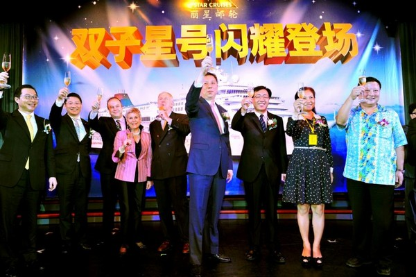 云顶香港旗下丽星邮轮「双子星号」于2013 年2 月1 日抵达三亚,开始为期两个月的三亚越南下龙湾/岘港航次。三亚市副市长许振凌(右二)、海南省旅游发展委员会副主任胡月明(右一) 、云顶香港副主席史亚伦(左五) 、云顶香港总裁蔡明发(右四)、中免集团董事长彭辉(右三) 和中免集团总裁卢路(左一)等一同举杯庆祝「双子星号」首航。