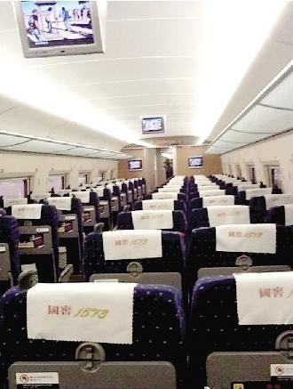 郑州到北京的高铁上,一个车厢里就仨人。 微博截图