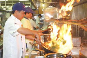 洛杉矶/洛杉矶一家中餐馆的厨师正在炒菜,每年到了春节正是厨师们最...
