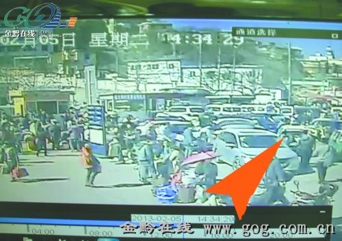 监控录像拍下拎包贼作案全过程 -车主刚下车,男子拉开车门抓包就跑