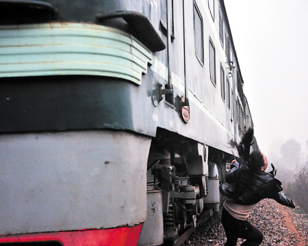 当火车从小莉身边飞奔而过,巨大年夜的风力让她简直丢了生命。