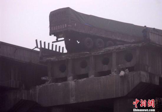 2月1日上午9点,连霍高速渑池段服务区附近一辆载满烟花爆竹的货车发生爆炸,引起桥面断裂。坍塌桥梁长度约80米。段春林 摄