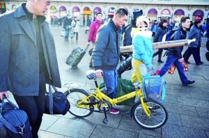 北京站检票进站口,旅客携带行李有序进站。晨报记者 王巍/摄
