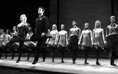 在爱尔兰传统音乐的伴奏中,舞者们每秒钟击打地面32下,在宛若巨浪的踢踏舞步中传达出爱尔兰民族的乐观与热情