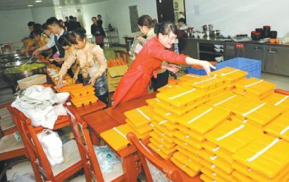 机场餐厅工作人员为候机旅客准备盒饭。