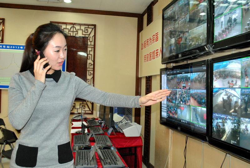 2月1日,官淼正在連線福建交通電臺1007頻道播報鐵路春運信息.何衛東攝圖片