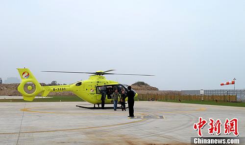 图为2月7日,媒体记者先行登机体验空中看厦门乐趣。中新社发 杨伏山 摄