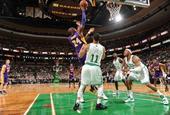 图文:[NBA]湖人不敌凯尔特人 科比抛投
