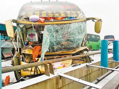 这是2月8日拍摄的车祸现场。 新华社发