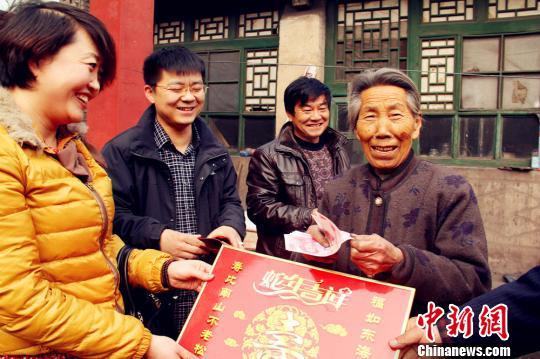 """收到新春""""红包""""的村民喜笑颜开。"""