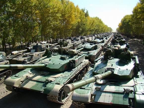 解放军装甲部队强悍训练照片曝光 新型坦克没数
