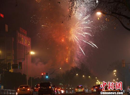 2月9日23点左右,焰火从南京市区上空升起。伴随着五彩斑斓的烟花,硝烟弥漫整个城市。泱波 摄