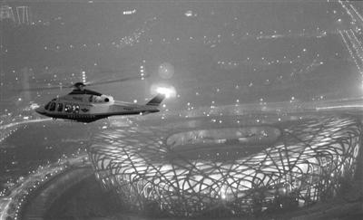 北京警方连续第四年出动警用直升机值守除夕安保。新华社发