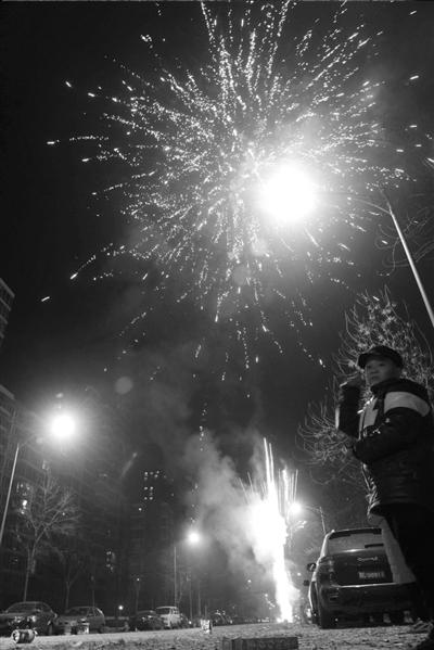 昨天凌晨,新年钟声敲响,北京城鞭炮齐响,烟雾弥漫。 本报记者胡雪柏摄/视频