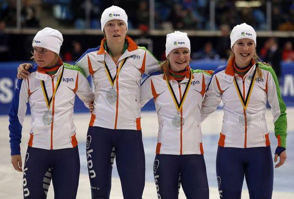 图文:[短道速滑]世界杯德国站 荷兰女队合影