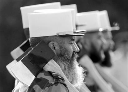 法国国庆阅兵式上,戴着白色军帽、扛着传统战斧、留着大胡子的外籍军团士兵