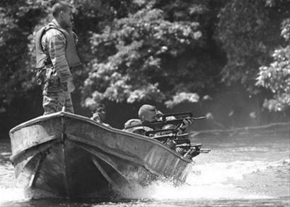 正在进行移动中射击训练的外籍军团士兵