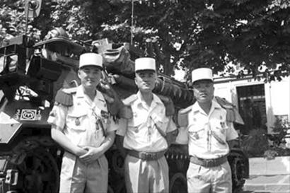 曾在法国外籍军团服役的中国籍士兵邹�f、马凯和胡亮(从左至右)